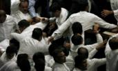 斯里兰卡议员在议会打成一团