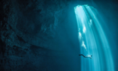 """世界最大水下洞穴 蓝光倾泻如""""冥界""""通道"""