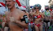 美国民众赤身裸体参加圣诞老人跑