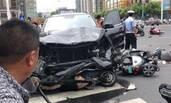 常州一奔驰撞倒多辆电动车现场