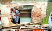 为争房产:79岁老人在墙上打洞进出