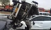 水泥罐车侧翻砸5辆车致2死2伤