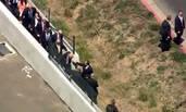 抗议者太多 川普翻墙入场