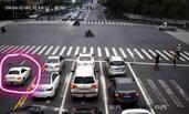 18岁男子留学归来 开跑车拖行交警30米