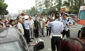 违法停车被查后 两男子猛踢协警下体
