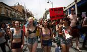 """以色列现""""荡妇游行"""" 妇女半裸抗议性骚扰"""