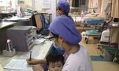 面对哭闹的孩子 90后护士这样抱她入怀