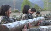 高原女兵训练 水中抱60余斤圆木仰卧起坐