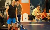 61岁刘晓庆穿短裤打兵乓球 凸凹有致身材好