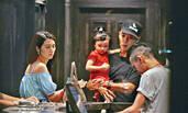 45岁洪欣与小丈夫张丹峰外出逛街 女方买单