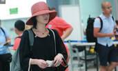 周迅戴草帽低调现身机场 飞往巴厘岛