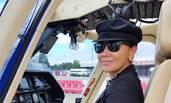 刘嘉玲开飞机亲上阵 获国外帅哥相伴