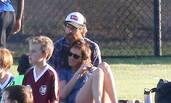 朱莉娅·罗伯茨和老公看儿子打球 举止亲密如热恋情侣
