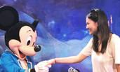 """妈妈跟米老鼠握手 奥莉在旁""""眼巴巴""""站得好恭顺!"""