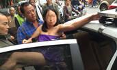 南京:女子马路上突然脱光衣服