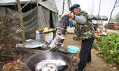 山东水库旁村民的大鱼宴
