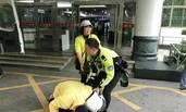 深圳交警铁骑为病人开路 家属下跪感谢