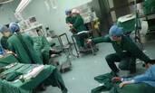 医生手术中累倒,躺地输液