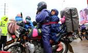 爸爸将孩子绑身上骑400公里回家
