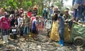 泰国鱼商倒400吨鱼在地上抗议加税
