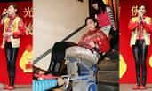 5亿富婆邝美云膝盖软骨退化 靠轮椅代步艰难站立