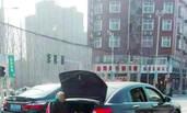 郑州男子让老母亲坐汽车后备箱被曝光