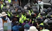 """韩国开始全面部署""""萨德"""" 现场警民爆发冲突"""