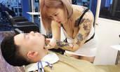 美女理发师工作照遭疯传