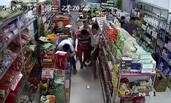 广西蒙面男子持疑似火药枪超市乱射一幕