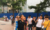 """北京:一个随时随地在""""洗澡""""的男子"""