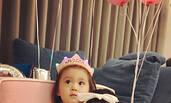 贾静雯为咘咘庆生 咘咘说自己:2个岁