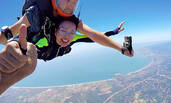 62岁刘晓庆挑战高空跳伞 生死状签得小心翼翼