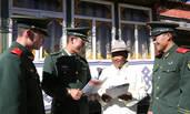拉萨武警与老党员学习十九大报告精神