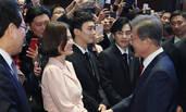宋慧乔婚后首次公开亮相 获韩国总统握手笑容满面