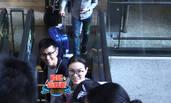 吴敏霞夫妇现身机场 与粉丝打招呼尽显亲和