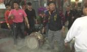 台湾民众抢头香 撞倒200公斤香炉