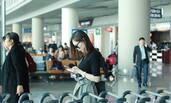 马蓉现身机场心情好:穿格子裙玩手机咧嘴笑
