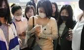 马思纯脸过敏戴口罩深夜现身机场 被粉丝挤成了这样