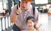 """杜海涛机场露笑挺胸走似土豪家""""傻儿子"""" 弯腰比""""啾啾""""合影小粉丝超亲和"""