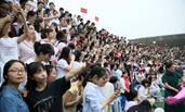 2000多师生拍毕业照 排好队形遭暴雨