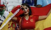 西班牙女球迷身材惹火实力抢镜