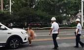 郑州女子当街脱衣钻车底