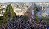 这是夺冠之后的法国香榭丽舍大街