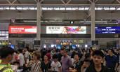 台风将登陆 旅客挤满上海火车站