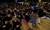 上百农民带草占据法国最繁华地段