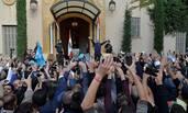 哈里里回国 民众聚集总理官邸