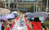 重庆:游客烈日下撑伞吃免费千人宴