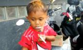 一天要抽40根烟的2岁印尼男童