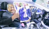 马来总理试驾国产新车 竖大拇指