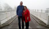 """英国夫妇靠这座桥 每年收90万""""过桥费"""""""